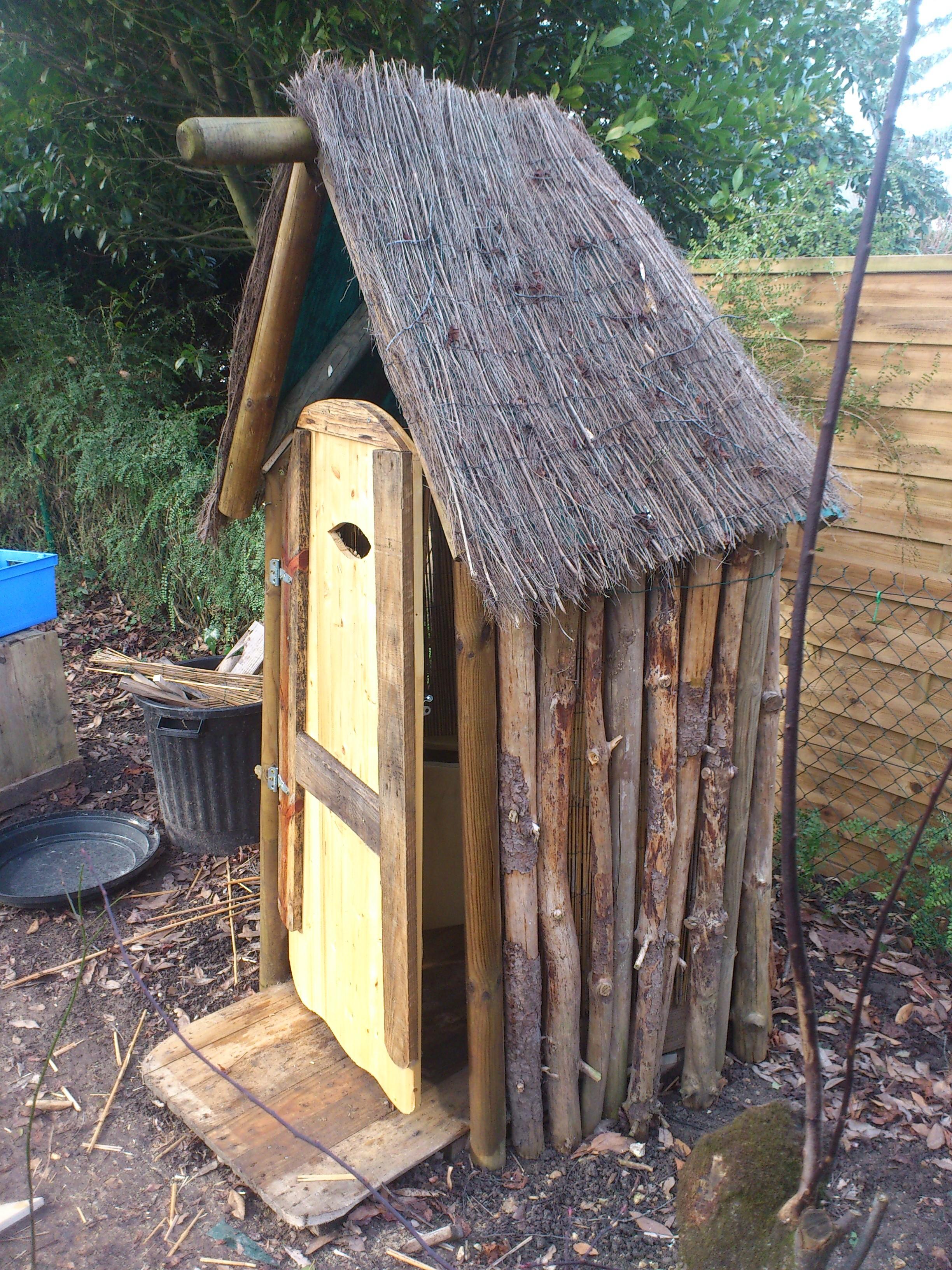 Un petit cabinet de Wc sec à humus forestier