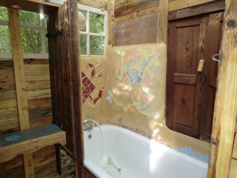 La partie bain avec enduit à la chaux et mosaïques.