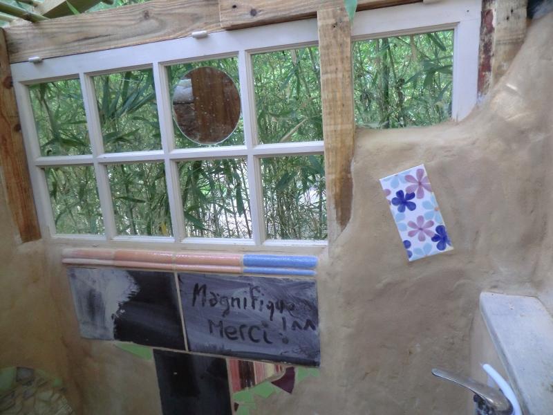 Et la fenêtre pour rêver sous l'eau chaude en regardant les bambous.