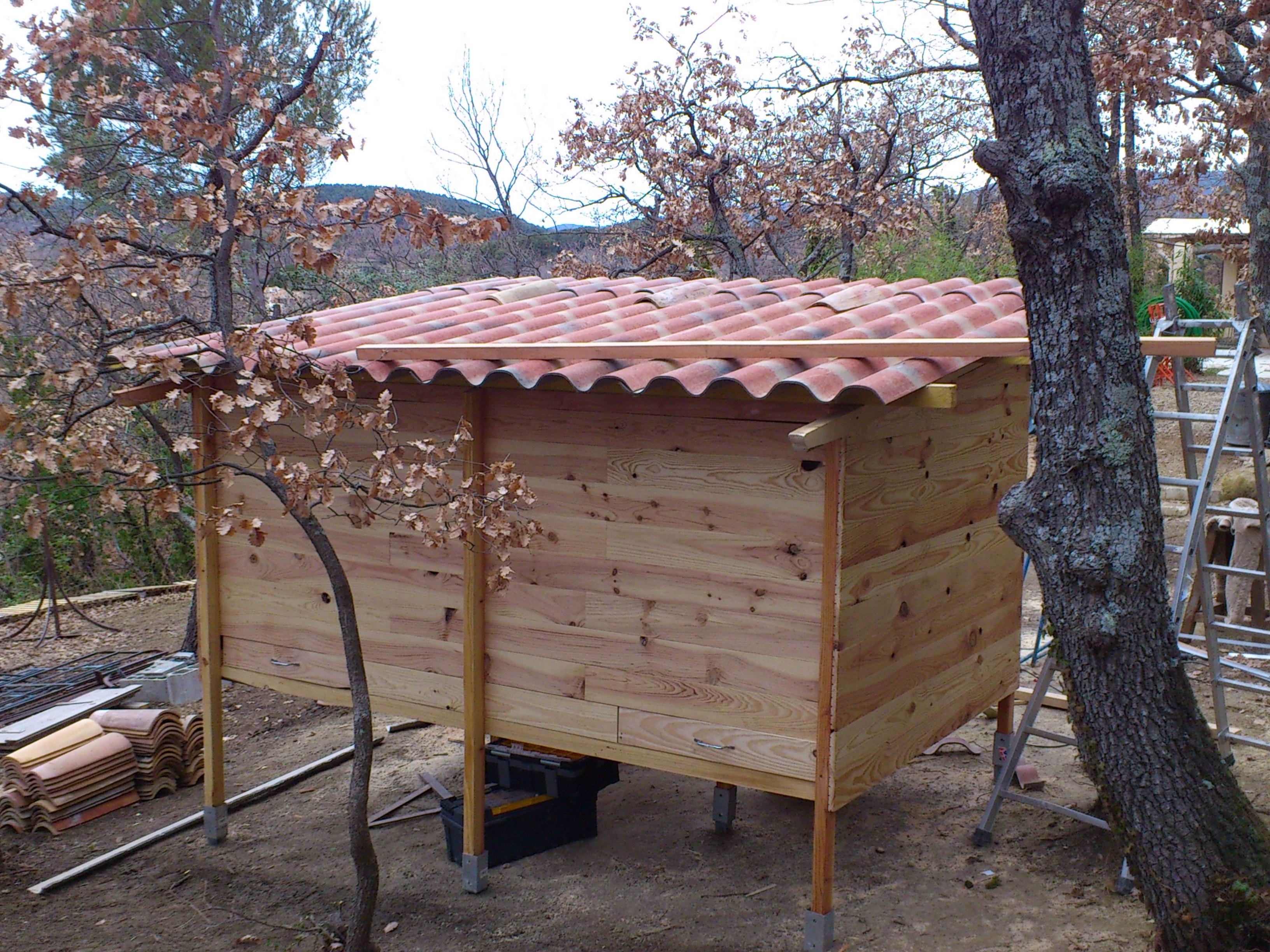 Le toit est en toles fibro -ciment, il accueillera des tuiles provençales.