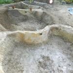 Les séparations de bassin sont finies, avec les trop plein d'eau au niveau. De l'enduit terre/ciment ou argile est appliqué sur les parois verticales.
