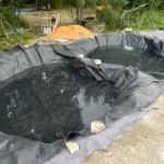 Le geotextile puis la bâche EPDM. Un peu d'eau au fond pour bien tendre la bâche